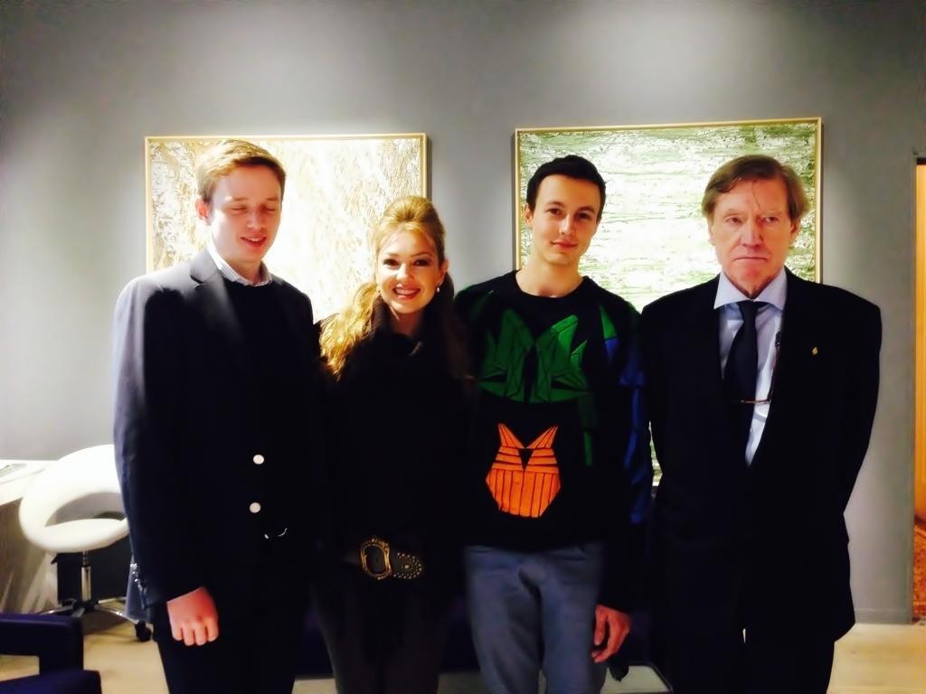 Thalía con el equipo mexicano de producción y el pintor Antoine Tzapoff (derecha) en Gallery Shchukin en París, Francia