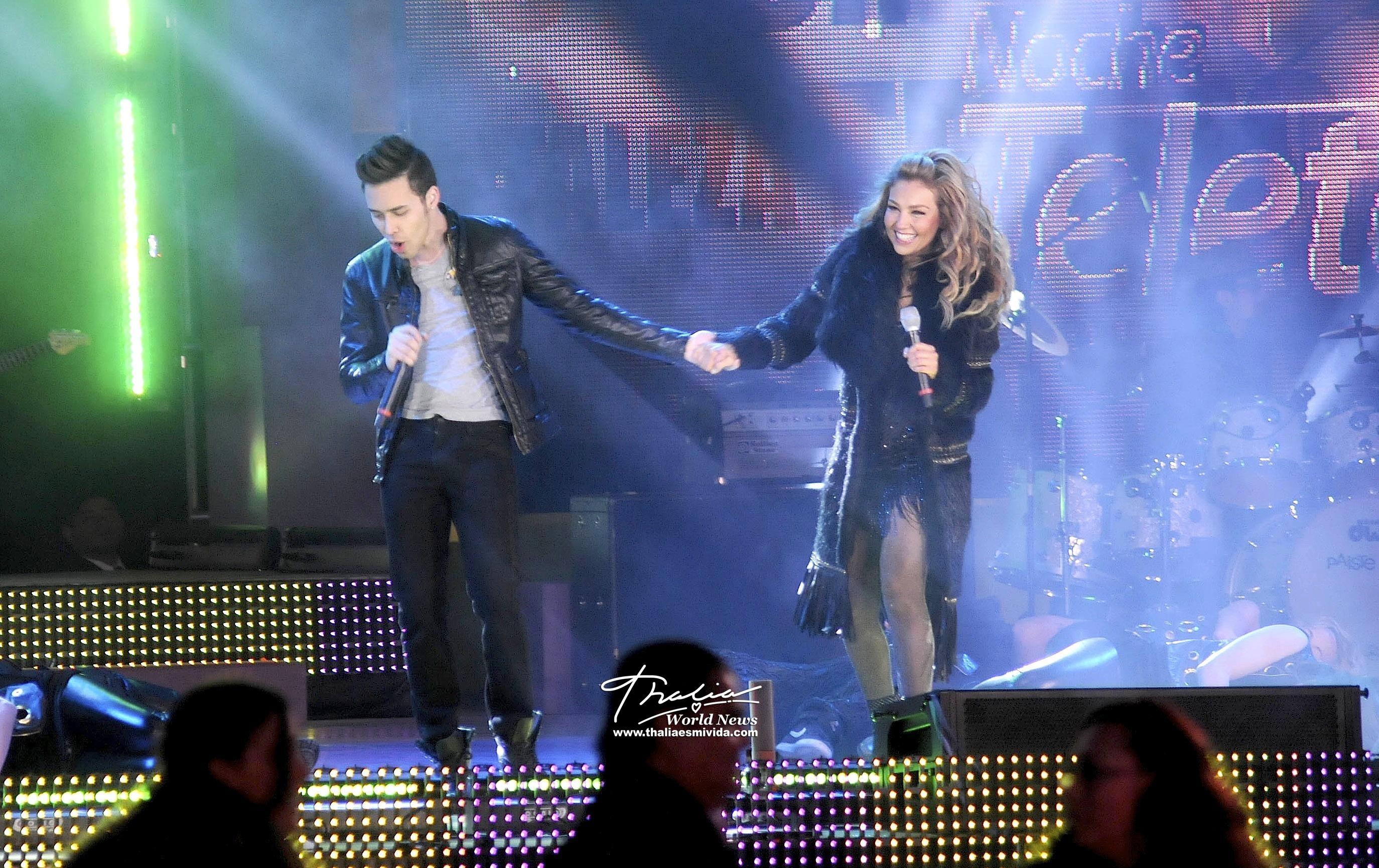 Royce no dudó en tomar a la cantante mexicana de la mano mientras hacían la mágica colaboración
