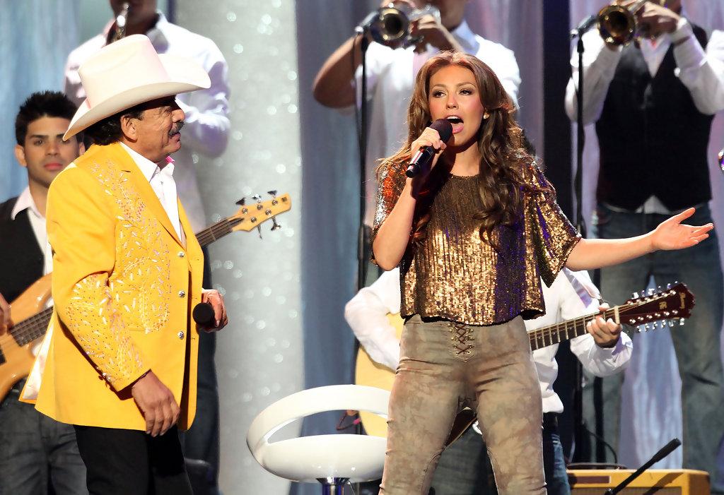 Thalía con Joan Sebastian en Premios Billboard 2010 (10)
