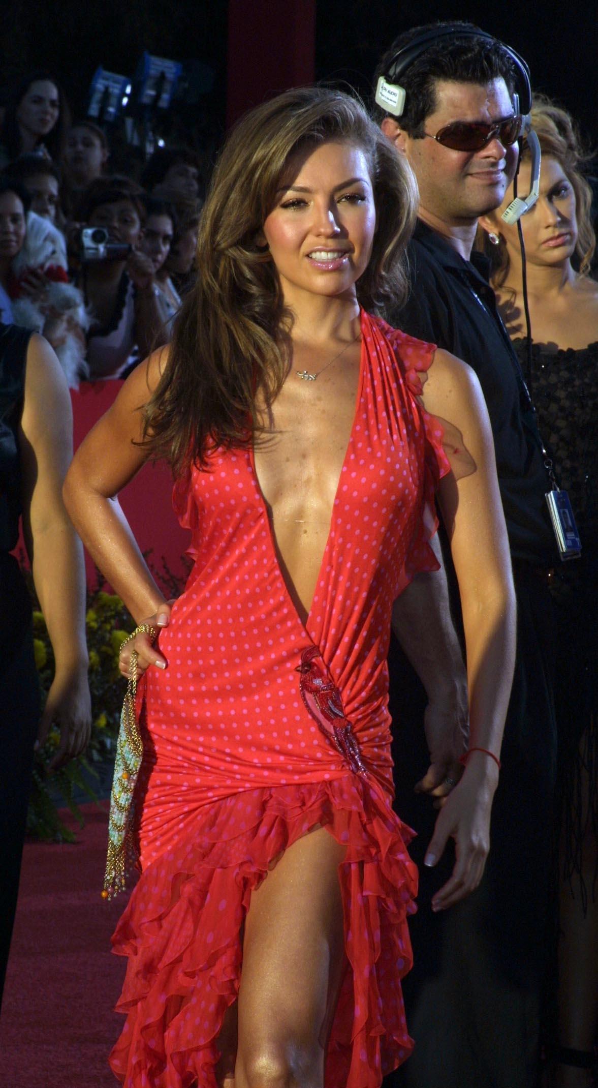Thalía desfiló por la alfombra roja del estadio Miami Arena con un escotado y sugerente vestido rojo, que provocó los suspiros de sus admiradores.